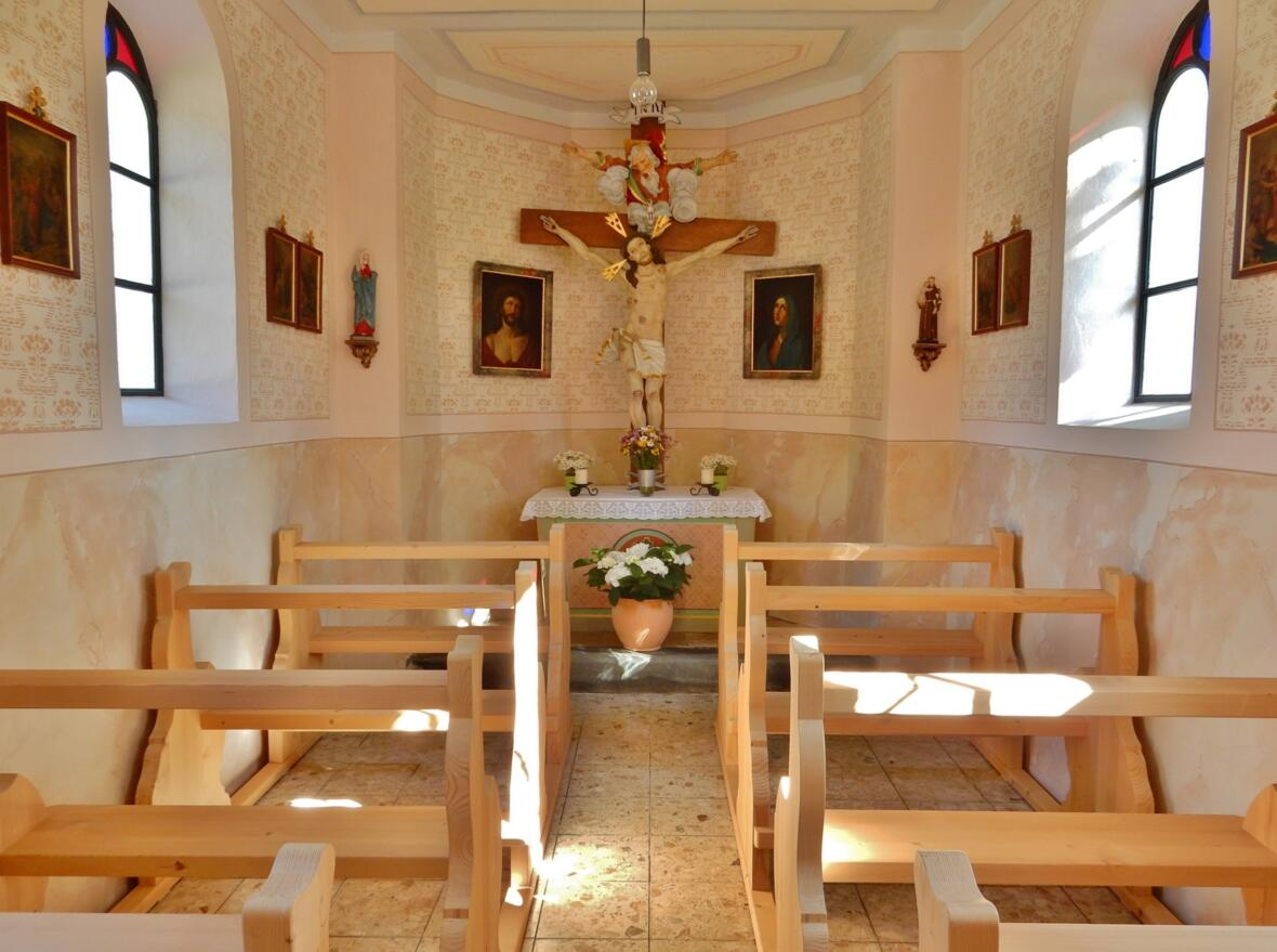 009 _  renovierte Kapelle Steinebach innen - mit neuen Kirchenbänken