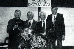 25 Jahre Diözesanrat: Bischof Dr. Viktor Josef Dammertz (ganz links) ehrt Dr. Hans Gaugenrieder (links) und Hubert MÜllegger mit der Ulrichsmedaille; rechts der amtierende Diözesanratsvorsitzende Helmut Mangold (1995)