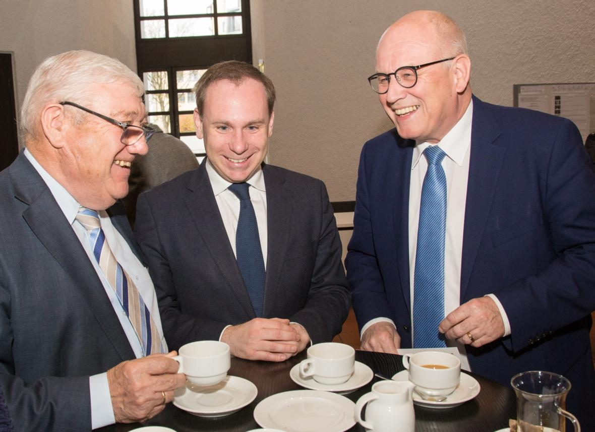 Politische Kaffeerunde am Rande der Vollversammlung: Staatsminister a.D. Josef Miller, Dr. Volker Ullrich MdB und Volker Kauder MdB (Foto: Büro Ullrich)