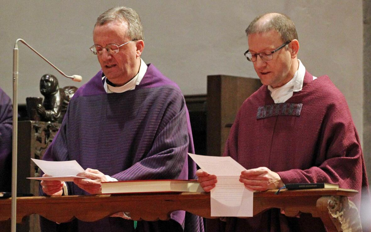 Domkapitular Perego und Domvikar Miesen beim Ablegen des Amtseids.