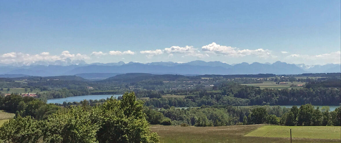 Die Ammergauer Alpen vom Wurzberg bei Reichling aus gesehen. Darum geht es uns: den Erhalt und die Pflege unserer über Jahrhunderte gewachsenen Kultur- und Naturlandschaft. (Foto: Karl-Georg Michel)