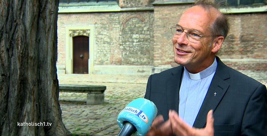 Boxbild Interview Pfarrer Hartl