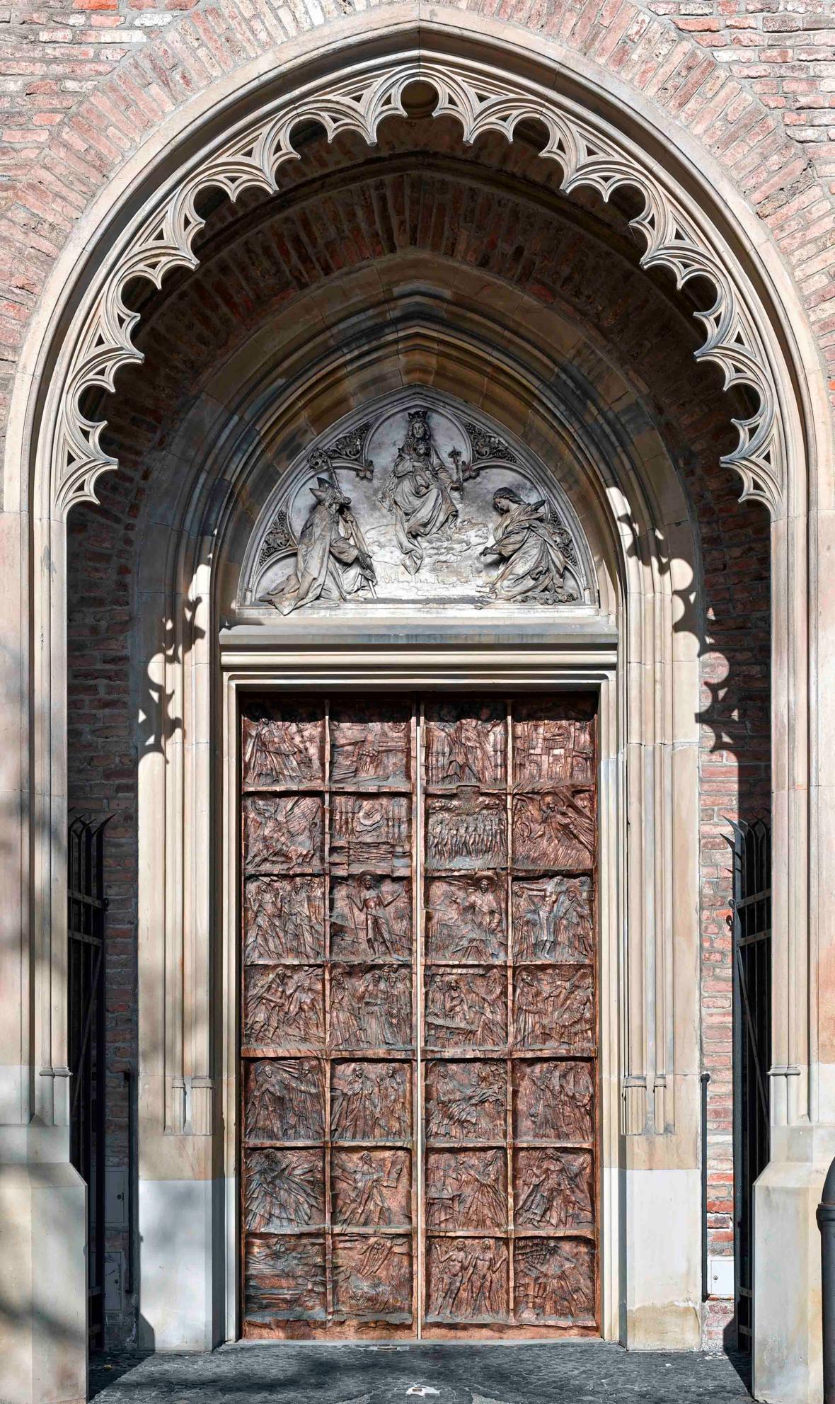 Durch das Bronzeportal zieht der liturgische Dienst ein. (Foto: Siegfried Wameser)