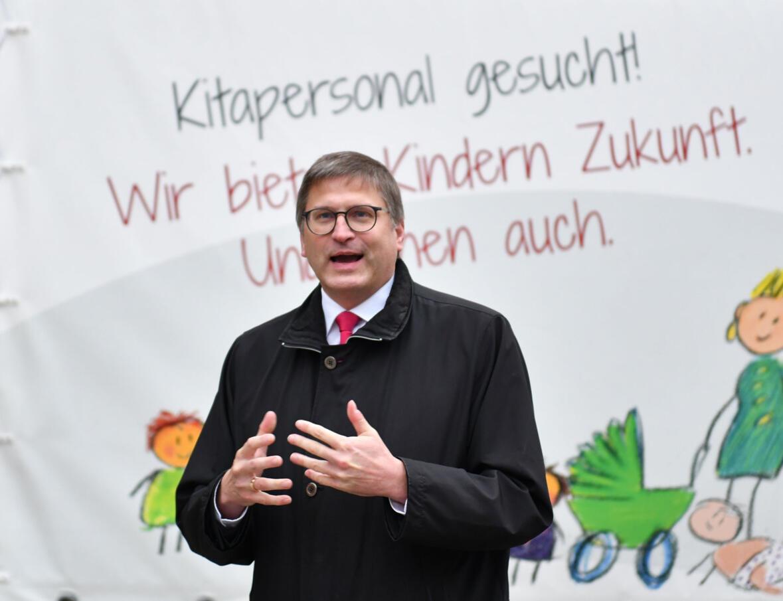 Der Vorstandsvorsitzende des KiTA-Zentrums Günter Groll vor dem neu gestalteten Werbeanhänger (Foto: Julian Schmidt / pba)