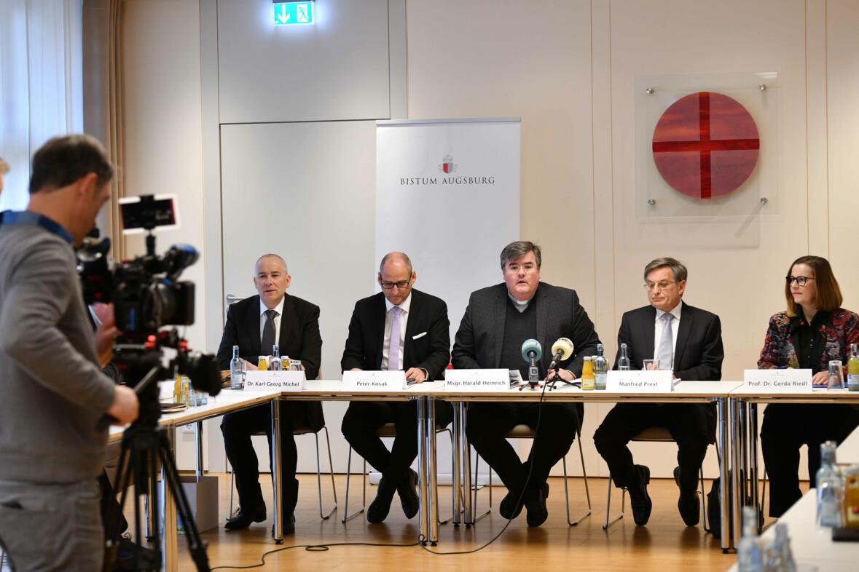 (v.l.) Pressesprecher Dr. Karl-Georg Michel, Stiftungsvorstand Peter Kosak, Generalvikar Harald Heinrich, Richter i.R. Manfred Prexl und Prof. Dr. Gerda Riedl. (Foto: Daniel Jäckel / pba)