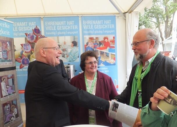 Freudige Begrüßung: Bischof Dr. Konrad Zdarsa und Pfarrer Peter Brummer (Foto: E.Schmidhuber)