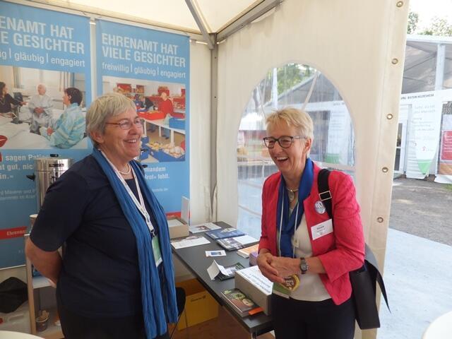 Begegnung in der Diaspora: Roswitha Böck vom Standteam trifft Sabine Slawik vom KDFB-Bundesvorstand (Foto: E.Schmidhuber)