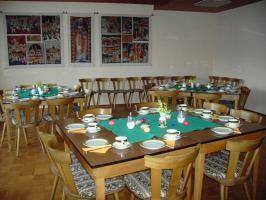 Der Tisch fürs Emmausfrühstück 2008 ist gedeckt