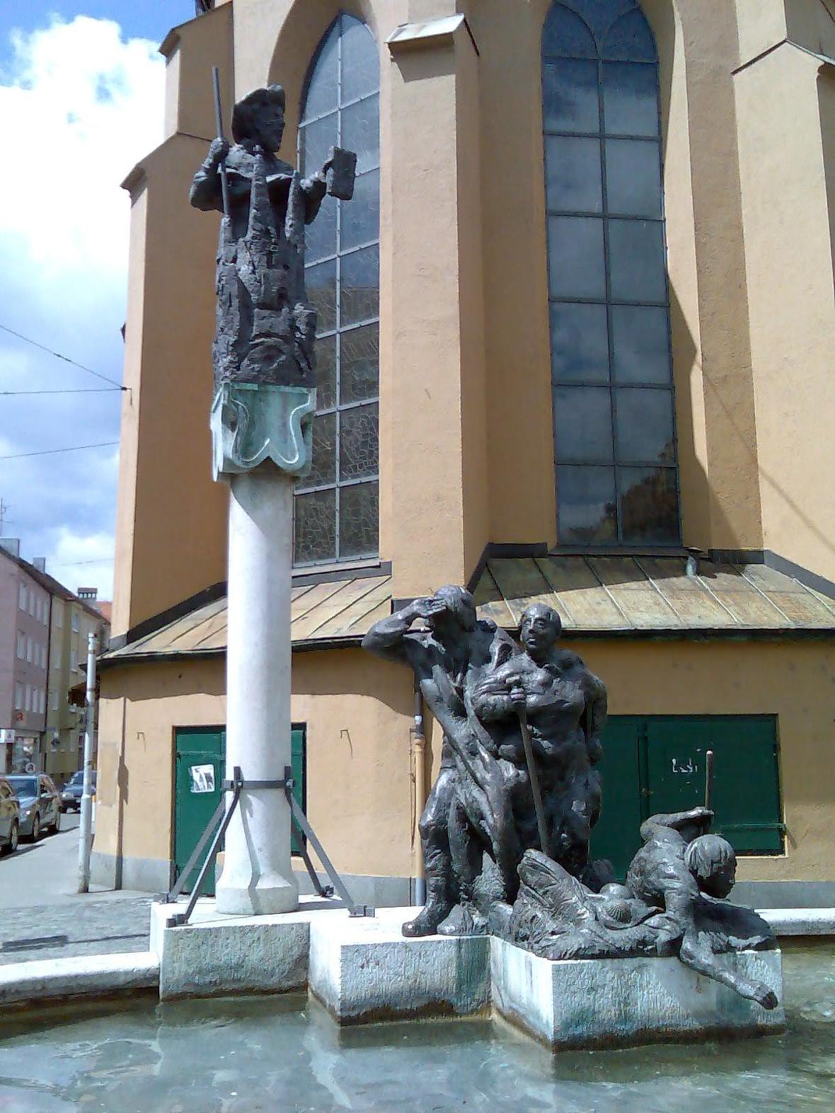 Jakobsbrunnen von 1994 vor der Jakobskirche in Augsburg
