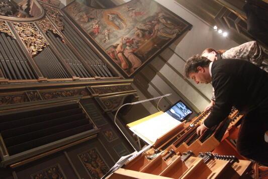 Peter Bader an der Orgel der Ulrichsbasilika. (Foto: Annette Zoepf)