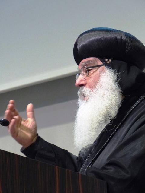 Bewegendes Zeugnis: Bischof Anba Damian berichtet von der koptischen Kirche in Ägypten. (Foto: Michael Widmann)