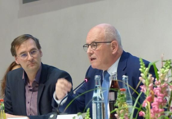 In der Diskussion mit dem Plenum: Moderator Dr. Christian Mazenik und Volker Kauder. (Foto: Michael Widmann)
