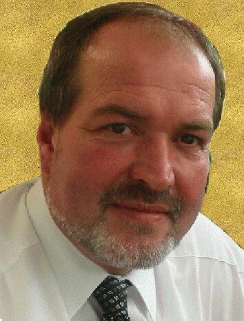 Pfarrer Walter mit Hintergrund neu