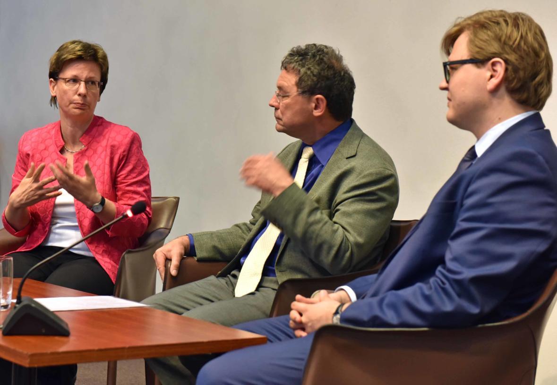 Dr. Anton Schuster, Leiter der Fortbildung im Bistum Augsburg, moderierte das abschließende Podiumsgespräch mit Caritasdirektorin Prof. Dr. Ulrike Kostka und Dr. Alexander Kalbarczyk. (Foto: Nicolas Schnall / pba)