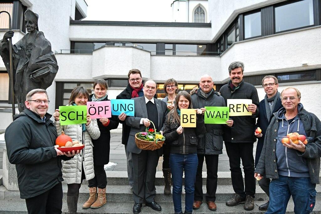 """Der Arbeitskreis """"Schöpfung bewahren"""" des Bistums Augsburg mit dem Schirmherr des Schöpfungspreises Prälat Dr. Bertram Meier. (Foto: Nicolas Schnall / pba)"""