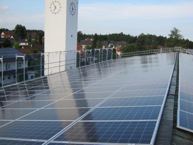 Das Dach dieser Pfarrkirche im Penzberger Ortsteil Steigenberg wurde an die EnergieVISION verpachtet. Seit Ende 2014 erzeugen dort 405 Photovoltaik-Module Strom, auch für die Kirche und den dortigen Kindergarten. (Foto: EnergieVISION)