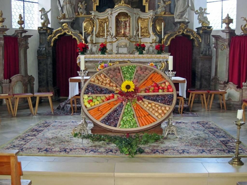Wagenrad mit Obst und Gemüse