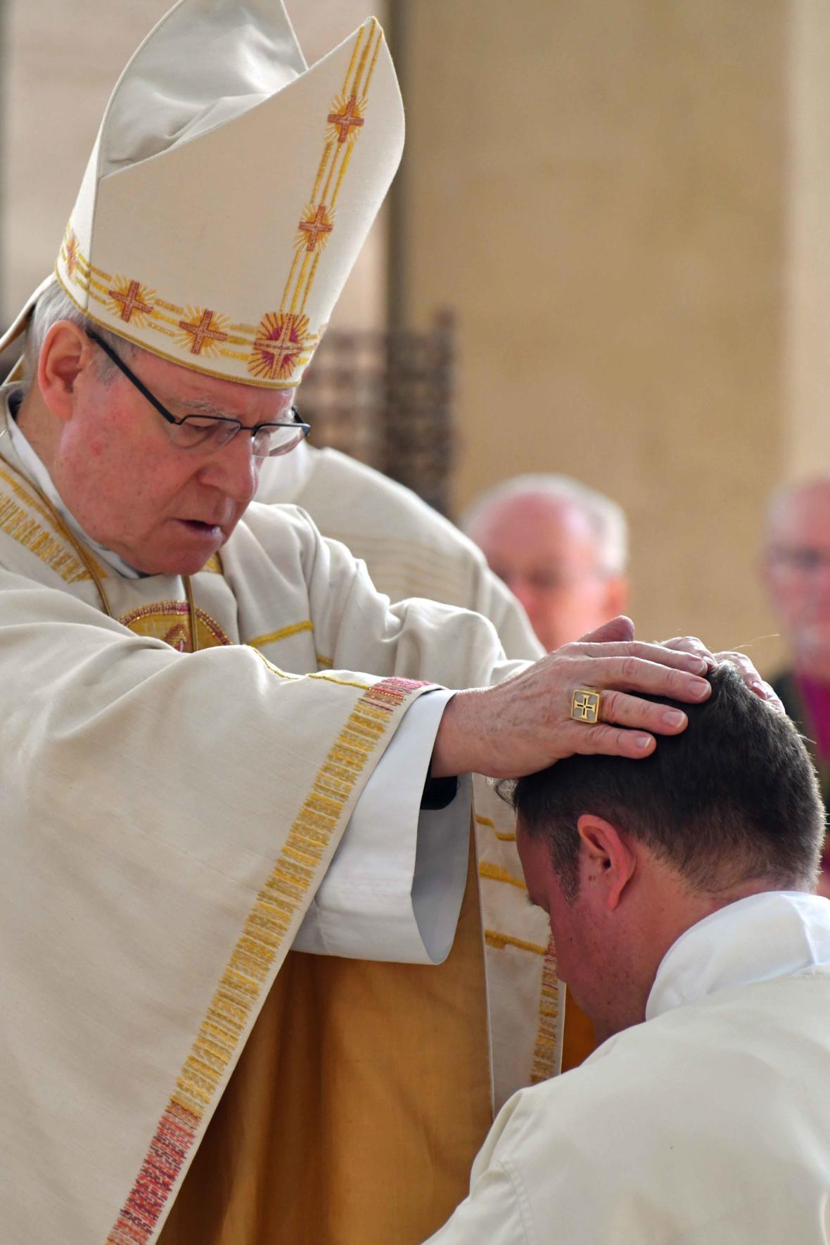 Weihe Ständiger Diakonat 2018_Handauflegung des Bischofs bei Diakon Franz Eduard Schmidt aus Königsbrunn (Foto_Nicolas Schnall_pba)