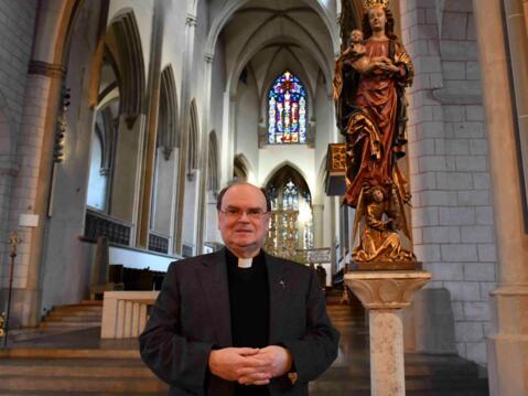 Unser ernannter Bischof vor der spätgotischen Madonna im Hohen Dom zu Augsburg. (Foto: Daniel Jäckel/pba)
