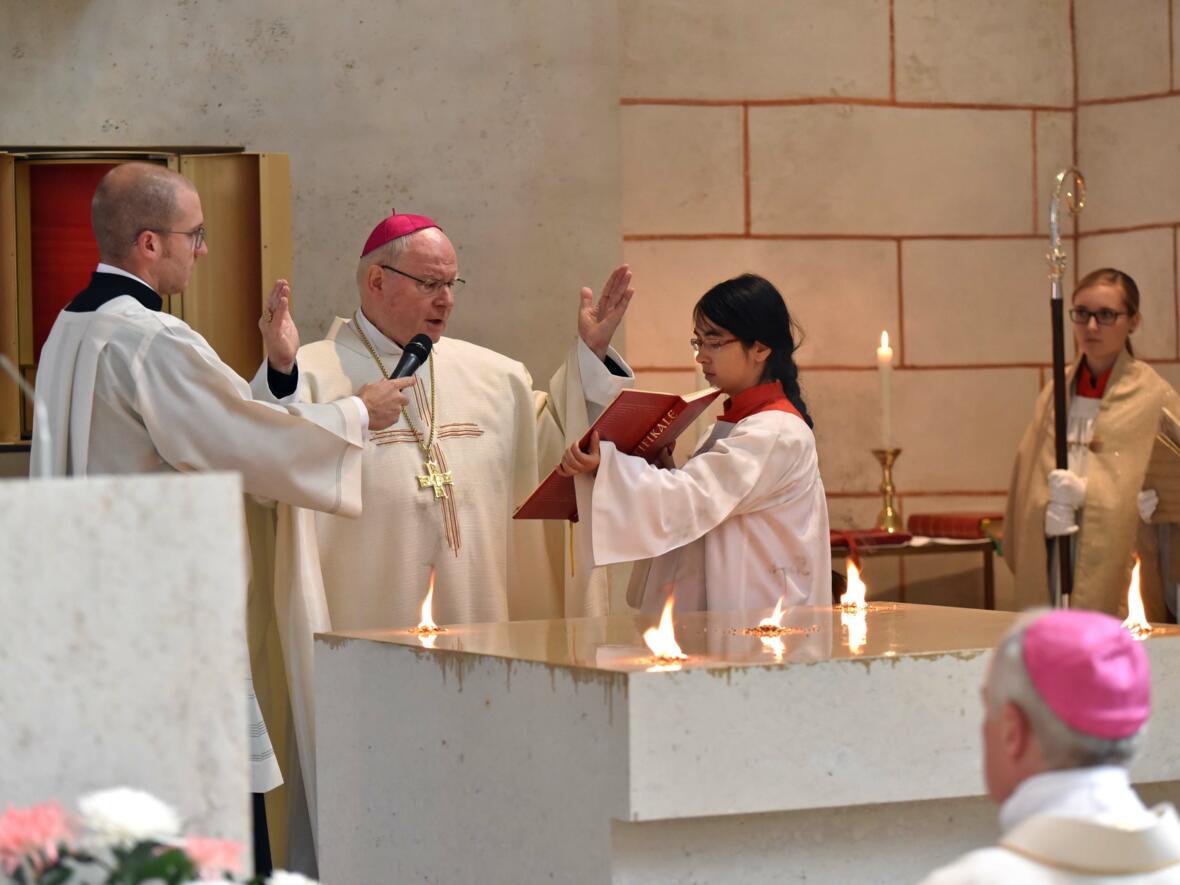 Bischof Konrad bei der Weihe des Sakramentsaltars im Hohen Dom