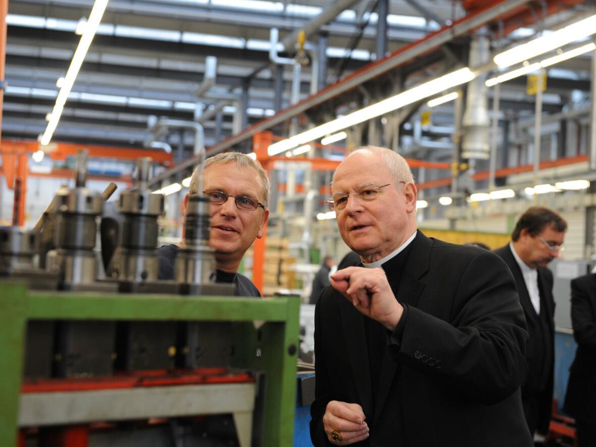 Bischof Konrad zu Besuch bei der Firma manroland. (Foto: pba / Daniel Jäckel)