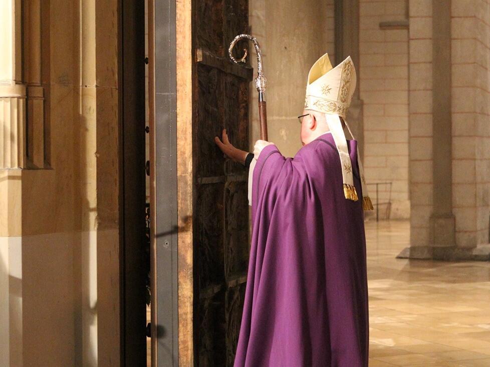 Bischof Konrad öffnet die Heilige Pforte am Augsburger Dom. (Foto: pba/Nicolas Schnall)
