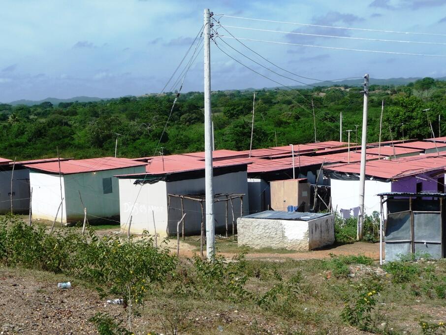 Ein ganz neues und eigenes Hausmodell der Caritas International: Den Flutgeschädigten bieten diese Häuser mit gemauertem Fundament und Wänden in Alurahmen auch längerfristig Unterkunft.