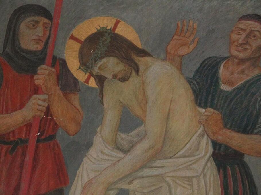 Jesus wird seiner Kleider beraubt: Zu Tode ermattet ist der Herr auf dem Kalvarienberg angekommen. Die Soldaten reißen ihm die Kleider vom Leib.