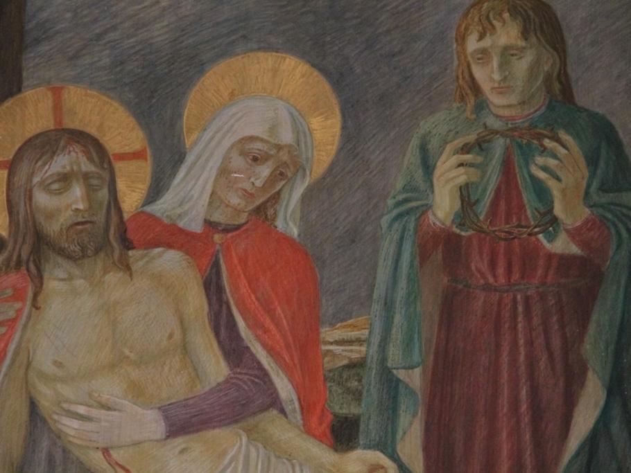 Jesus wird vom Kreuz abgenommen und in den Schoß seiner Mutter gelegt: Der Herr hat ausgelitten. Josef von Arimatäa hat voll Trauer und Ehrfurcht den Leib des Herrn vom Kreuz herabgenommen. Dann legen sie Jesus in den Schoß Mariens.