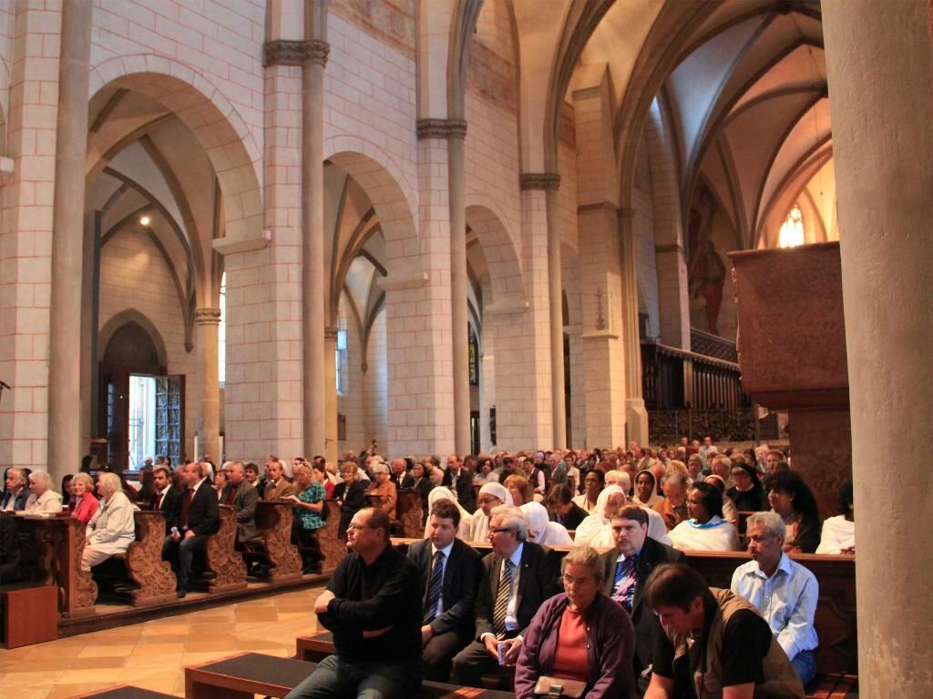 Kreuzweg für die verfolgte Kirche - Augsburger Dom - Besucher (c) KIRCHE IN NOT