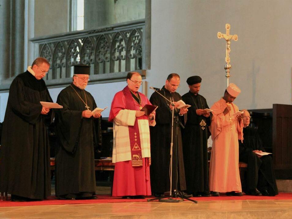 Kreuzweg für die verfolgte Kirche - Augsburger Dom - Geistliche (c) KIRCHE IN NOT