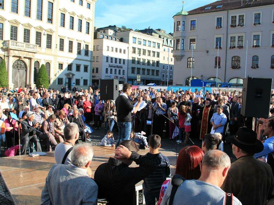 Kundgebung für verfolgte Christen auf dem Augsburger Rathausplatz (c) KIRCHE IN NOT