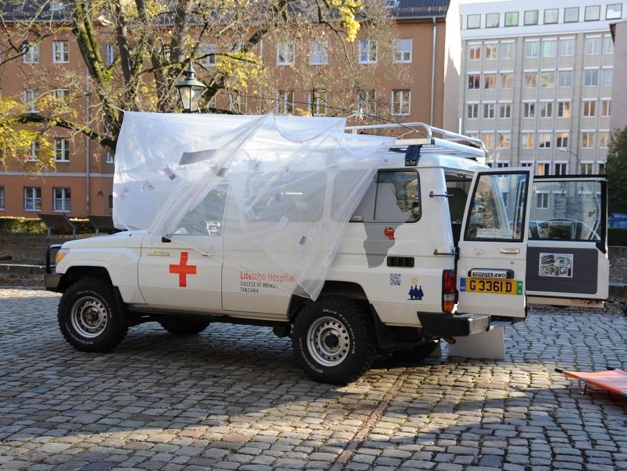 In ländlichen Gebieten Tansanias ist der Weg zur nächsten Klinik oft sehr weit. Deshalb unterstützt die Aktion Dreikönigssingen die Anschaffung von Krankenwagen.