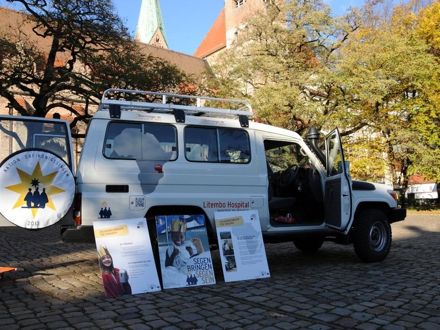 Seit September ist der Krankenwagen quer durch Deutschland unterwegs. Die Tourbegleiter informieren in Pfarreien und Schulen über die Gesundheitsversorgung in Tansania.
