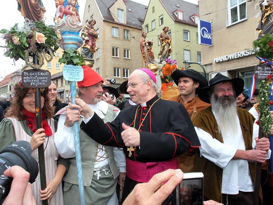 Nach seiner Amtseinführung am 23. Oktober 2010 im Gespräch mit den Vertretern der Augsburger Zünfte. (Foto: Annette Zoepf)