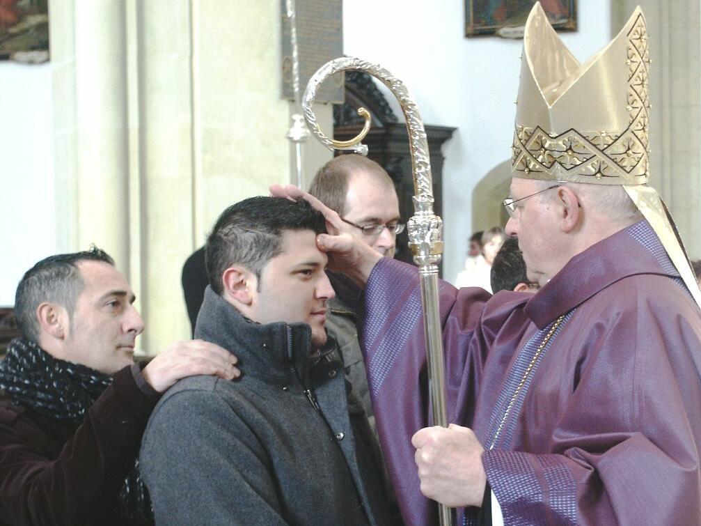 """""""Sei besiegelt durch die Gabe Gottes, den Heiligen Geist."""" Bischof Konrad spendet Spätaussiedlern das Sakrament der Firmung. (Foto: Markus Kremser)"""