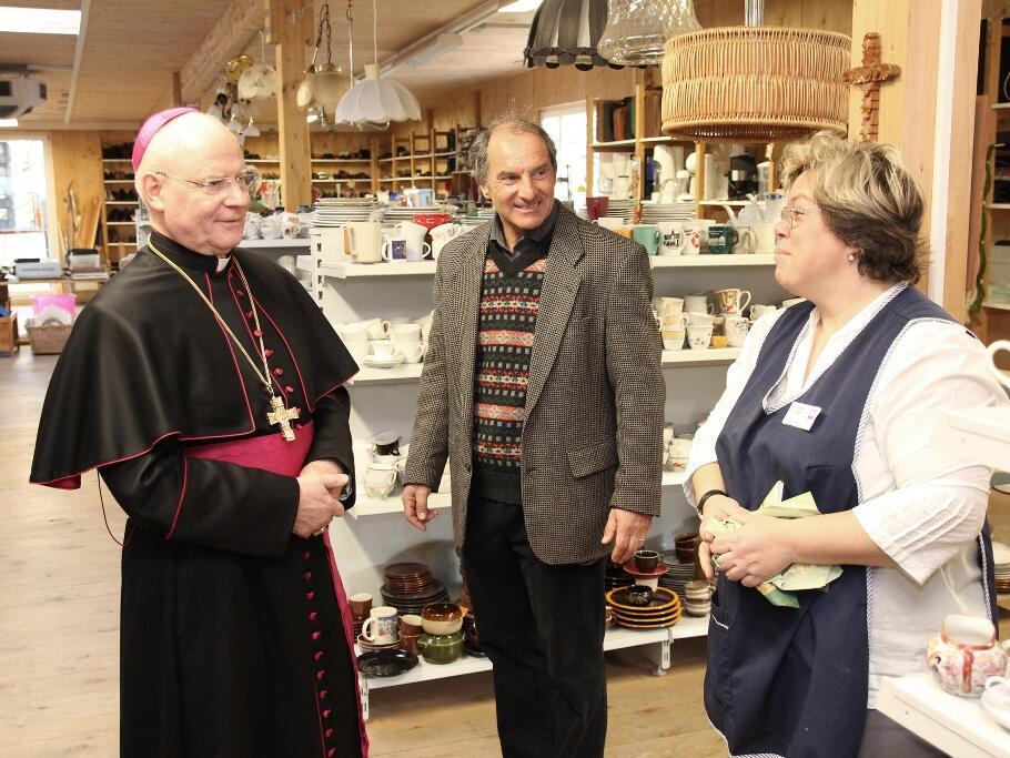 Da war Galina Neubauer (re.) verblüfft: Der Bischof sprach sie auf Russisch an, als er hörte, wo sie ihre Wurzeln hat. Neubauer ist verantwortlich für die Caritas-Kleiderkammer in der Depotstraße. (Foto: Bernhard Gattner)