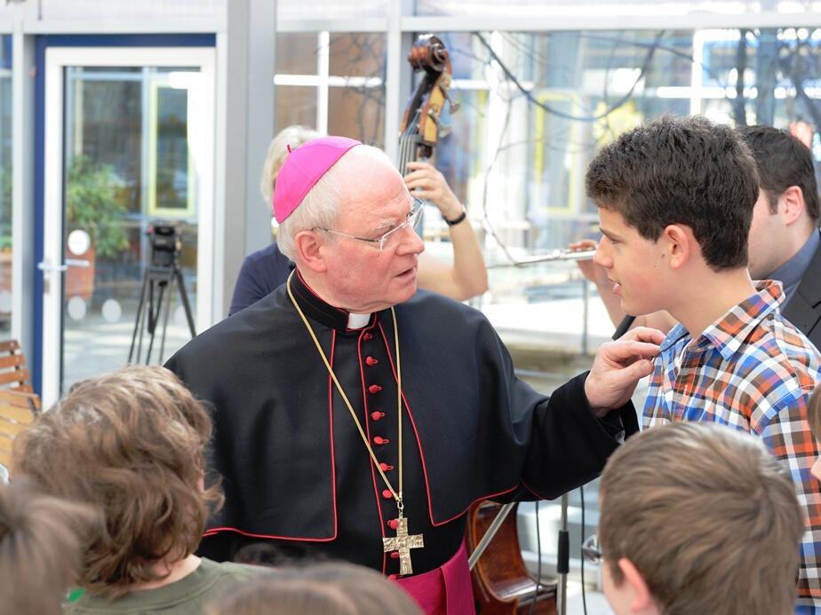 Offenes Ohr und Zuspruch: Bischof Konrad im Gespräch mit einem Schüler der Franz-von-Assisi-Schule. (Foto: Nicolas Schnall)
