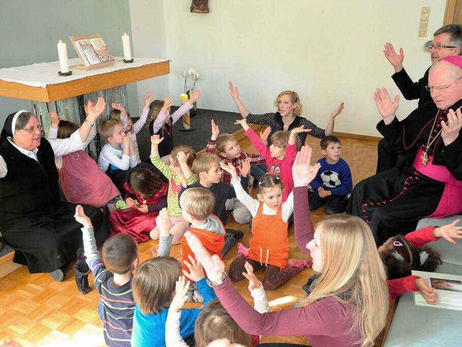 In der Kita St. Anna, die von Dillinger Franziskanerinnen geführt wird, betete Bischof Konrad zusammen mit den Kindern das Vater Unser. (Foto: Nicolas Schnall)
