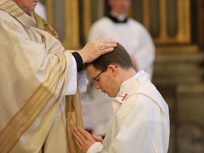 Bischof Konrad bei der Priesterweihe von Raphael Steber in der römischen Jesuitenkirche San Ignazio. (Foto: Simon Ledermann)