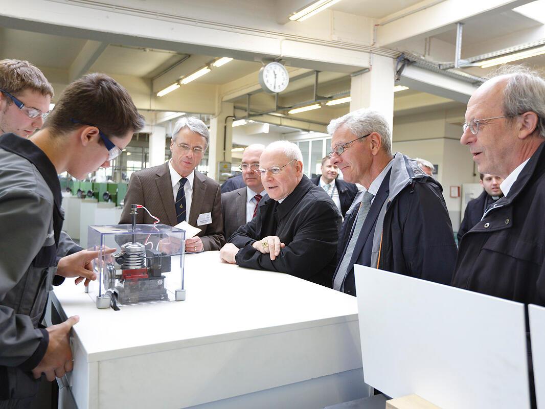 Interessiert an technischen Details: Bischof Konrad bei der MAN-Betriebsbesichtigung. (Foto: MAN Augsburg)