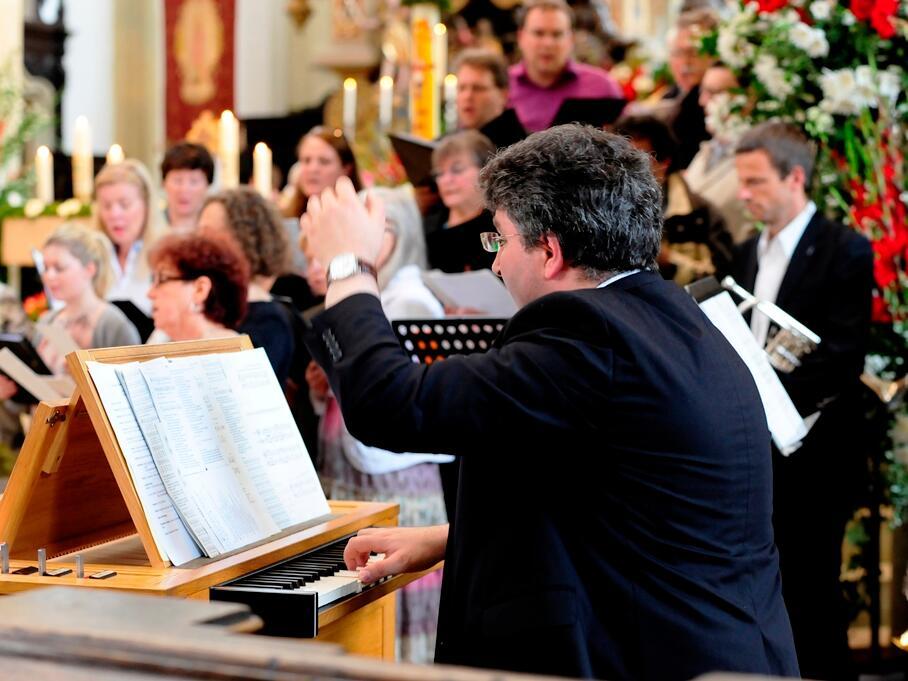 Ulrichschor mit Bläsern unter der Leitung von Kirchenmusiker Peter Bader. (Foto: Nicolas Schnall)