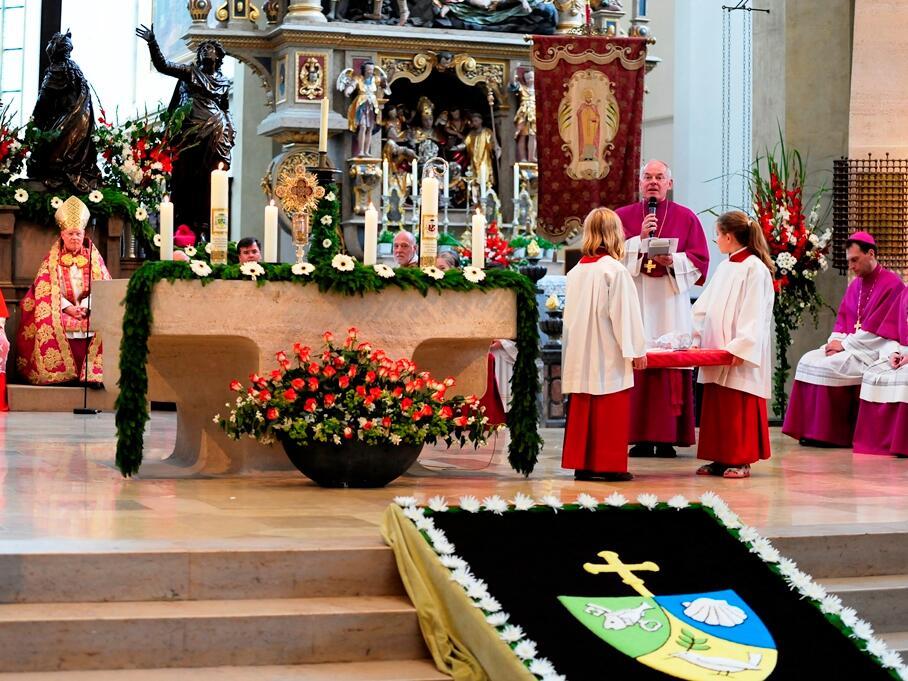 Weihbischof Anton Losinger überreichte dem Jubilar ein liturgisches Geburtstagsgeschenk. (Foto: Nicolas Schnall)