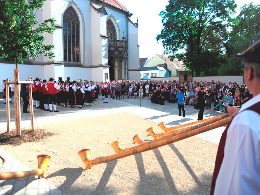 Nach der Vesper versammelten sich die Festgäste auf dem Ulrichsplatz. (Foto: Nicolas Schnall)