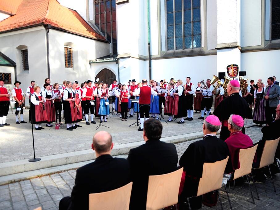 Und hörten ein Geburtstagsständchen des Allgäu-Schwäbischen Musikbundes. (Foto: Nicolas Schnall)