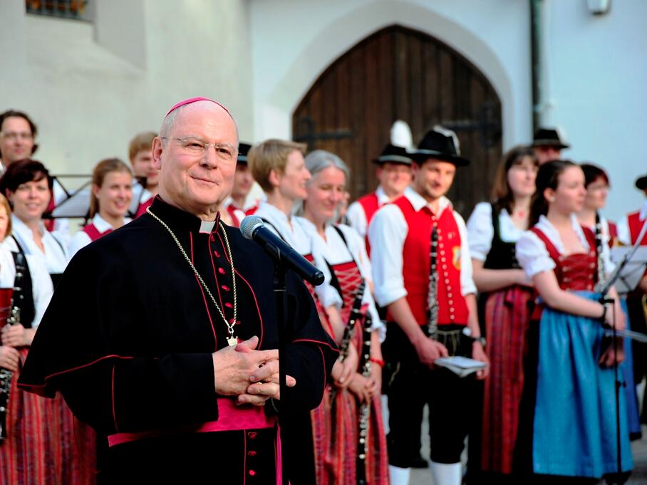 Bischof Konrad freute sich sehr über die Überraschung und bedankte sich bei den Musikern. (Foto: Nicolas Schnall)
