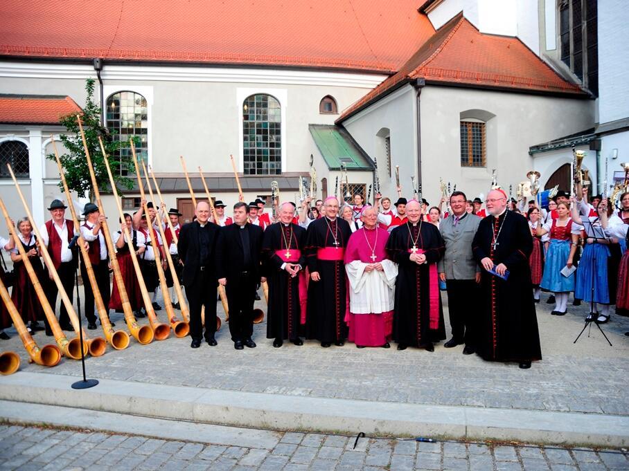 Die Musiker strecken zur Gratulation und Ehrbekundung ihre Instrumente in die Höhe. (Foto: Nicolas Schnall)