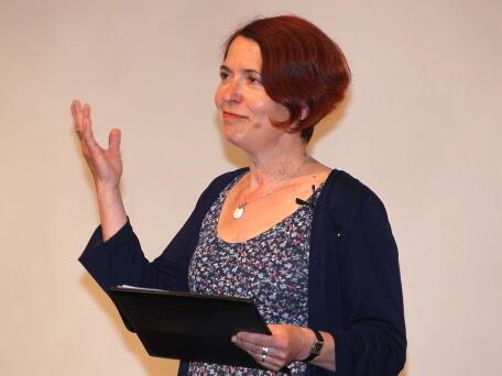 Schauspielerin Karla Andrä bereichert den Festakt mit der Rezitation von Gedichten. (Foto: Annette Zoepf)