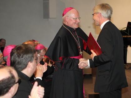 Generalvikar Alfred Hoffmann aus Görlitz überbringt die Geburtstagswünsche seines Bischofs und der gesamten Diözese. (Foto: Annette Zoepf)