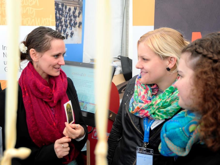 Auch bei jungen Gästen stieß das Bild der Knotenlöserin auf Interesse. (Foto: pba/Nicolas Schnall)
